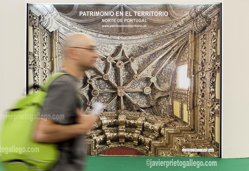 En la imagen un visitante pasa ante uno de los stands de la feria de arte y restauración AR&PA celebrada en Valladolid en el año 2012. [Valladolid. Castilla y León. España © Javier Prieto Gallego].