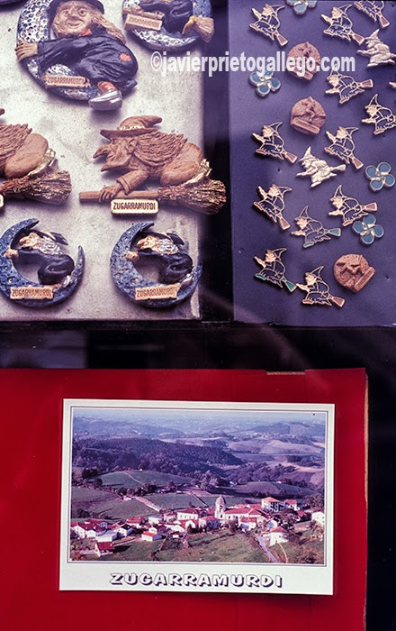 Recuerdos en el escaparate de un comercio de Zugarramurdi. Navarra. España.© Javier Prieto Gallego;