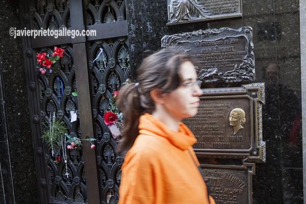 Una mujer pasa ante el mausoleo en el que se halla enterrada Evita Perón, en el cementerio de La Recoleta. Buenos Aires. Argentina © Javier Prieto Gallego