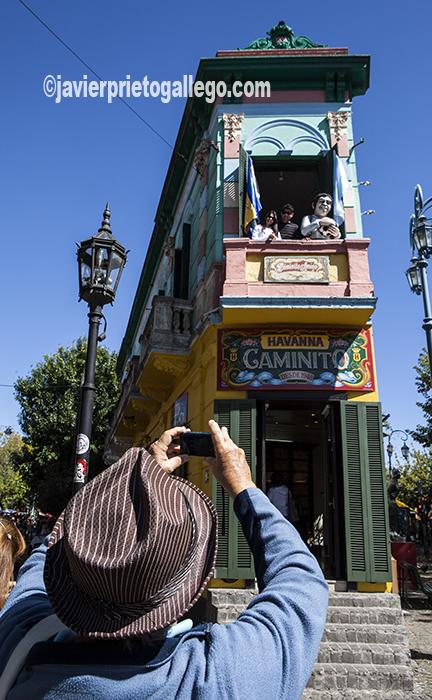 Un hombre hace fotografías en la esquina más popular del barrio de Caminito. Buenos Aires. Argentina © Javier Prieto Gallego
