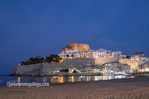 Playa, murallas y castillo de Peñíscola al anochecer. Costa del Azahar. Castellón. Comunidad Valenciana. España. © Javier Prieto Gallego