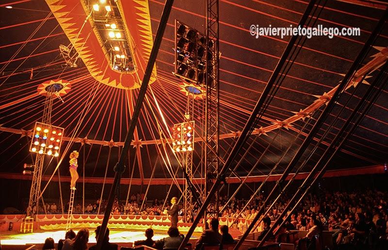 Uno de los números que tienen lugar sobre la pista del Gran Circo Mundial visto desde detrás del telón. [Valladolid. Castilla y León. España.© Javier Prieto Gallego]