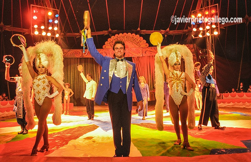 """José María González """"Junior"""", domador, realiza algunos de los números más esperados del circo. Su trabajo fue reconocido con el Premio Nacional de Circo y la Medalla de Plata de Bellas Artes. Falleció en un accidente de tráfico en el año 2002. [Valladolid. Castilla y León. España.© Javier Prieto Gallego]"""