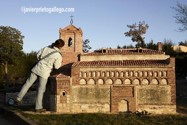 Reproducción a escala de la iglesia de San Juan Bautista de Freno el Viejo en Valladolid. Maqueta del Parque Mudéjar. Olmedo. Valladolid. Castilla y León. España. © Javier Prieto Gallego;