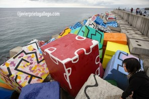 Cubos de la Memoria. Espigón diseñado por Ibarrola en el puerto de Llanes. Asturias. España © Javier Prieto Gallego.