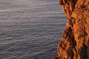 Un hombre hace fotografías desde los acantilados en los Bufones de Pría. Mar Cantábrico. Llanes. Asturias. España © Javier Prieto Gallego.