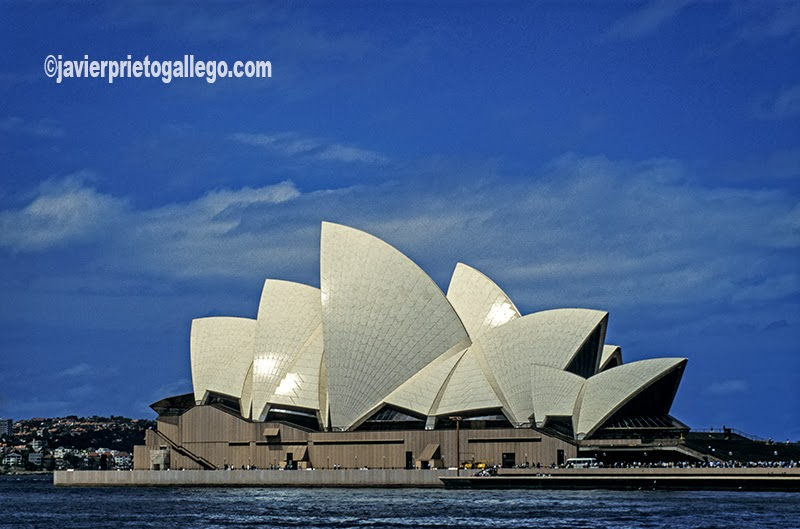 El Opera House de Sidney es uno de los edificios más famosos y emblemáticos del siglo XX. Fue declarado en 2007 Patrimonio de la Humanidad. Diseñado por el arquitecto danés Jørn Utzon en 1957, se inauguró el 20 de octubre de 1973, con presencia de la reina Isabel II del Reino Unido.Sidney. Australia. © Javier Prieto Gallego