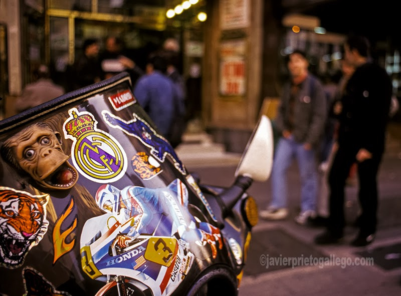 Pegatinas en una moto aparcada en la acera de Gran Vía. Madrid. España. 1994 © Javier Prieto Gallego