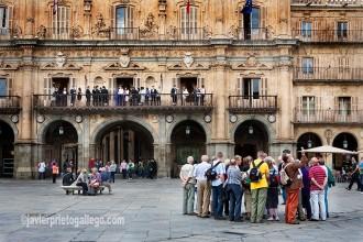 Un grupo de turistas ante la fachada del Ayuntamiento en la Plaza Mayor de Salamanca. [Salamanca. Castilla y León. España. © Javier Prieto Gallego]