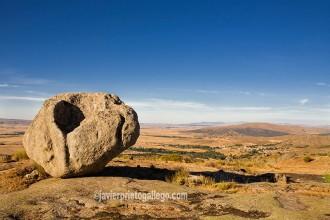 Bolos de granito en el castro celta de Ulaca con el valle Amblés al fondo. Ávila. Castilla y León. España © Javier Prieto Gallego