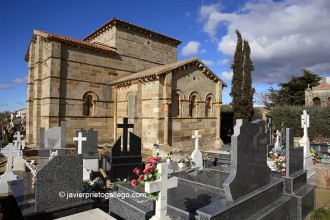 Cementerio que rodea la iglesia románica de Santa Marta de Tera. Siglo XI. Camino de Santiago Sanabrés. Zamora. Castilla y León. España. © Javier Prieto Gallego