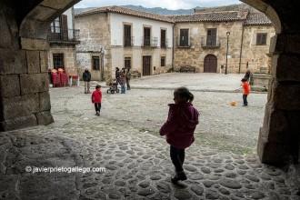 Soportales en la plaza Mayor de San Martín de Trevejo. [Cáceres .Sierra de Gata. Extremadura. España, 2013 © Javier Prieto Gallego]