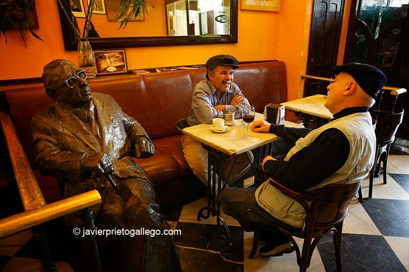 Dos hombres toman café junto a la escultura en bronce del escritor Gonzalo Torrente Ballester del café Novelty. Plaza Mayor de Salamanca. Castilla y León. España. © Javier Prieto Gallego