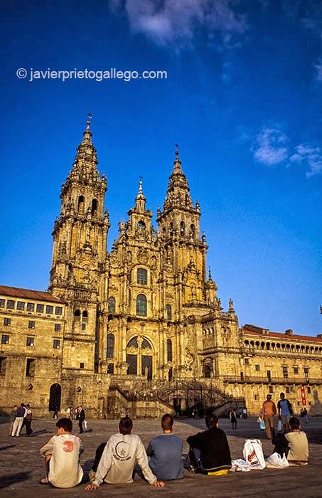 Unos peregrinos contemplan la fachada del Obradoiro desde el centro de la plaza. Catedral de Santiago de Compostela. La Coruña. Galicia. España © Javier Prieto Gallego
