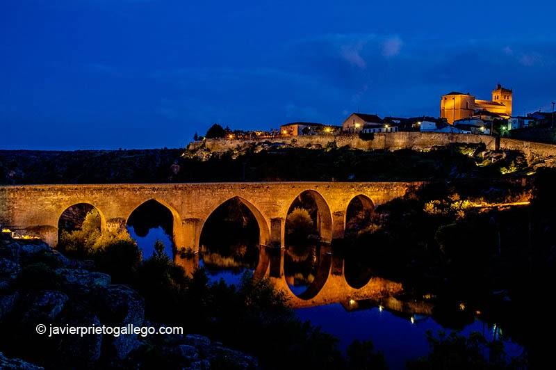 Ledesma, su iglesia y su bello puente sobre el Tormes. Salamanca. Castilla y León. España, 2005 © Javier Prieto Gallego