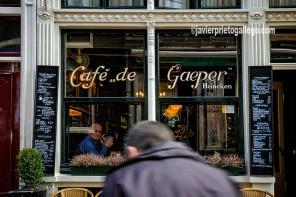 Un café en la calle Staal de Amsterdam. Holanda, 2005.