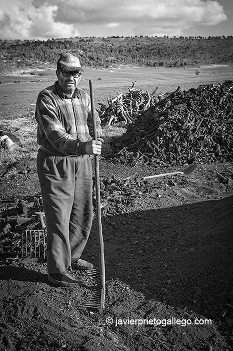 El carbonero José González en una de las pocas carboneras que todavía se realizan en Retuerta. Burgos. Castilla y León. España, 2007 ©Javier Prieto Gallego;