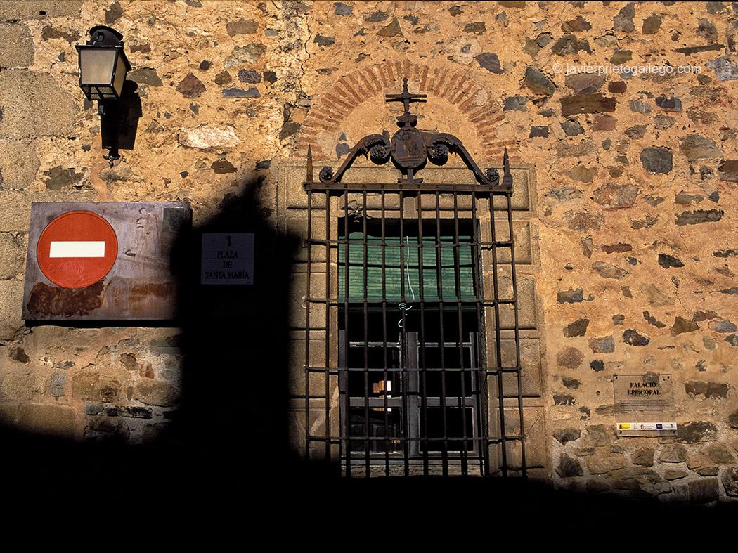 La sombra de la concatedral de Santa María se proyecta sobre la ventana del palacio Episcopal. Plaza de Santa María. Cáceres. Extremadura. España © Javier Prieto Gallego