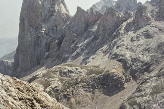 Un grupo de jóvenes montañeros contemplan la estampa del Naranjo de Bulnes (2.519 m) en su camino hacia Torre Bermeja (2.400 m) Castilla y León. España. © Javier Prieto Gallego