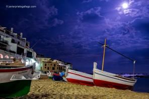 Luna llena sobre la playa de Port Bo o de Las Barcas, una de las más pintorescas de toda la Costa Brava. Calella de Palafrugell.Gerona. España, 2014 © Javier Prieto Gallego;