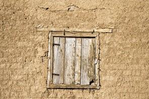 Ventana en una pared de tapial. Arquitectura del barro. Gatón de Campos. Valladolid. Castilla y León. España © Javier Prieto Gallego;