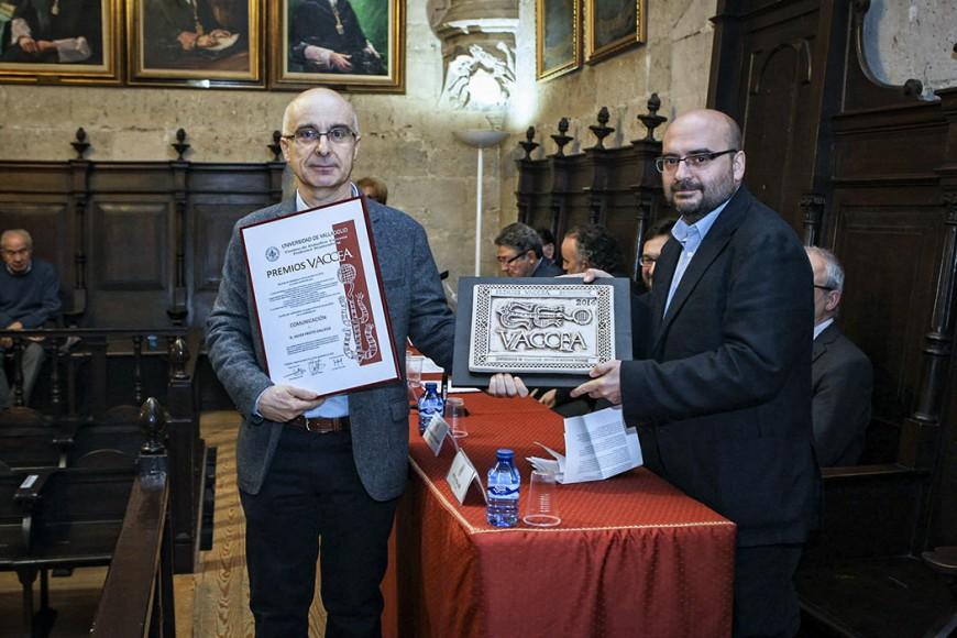 Javier Prieto Gallego recoge el Premio Vaccea 2014 de comunicación de manos de Rafael Vega.  Aula Triste. Universidad de Valladolid.