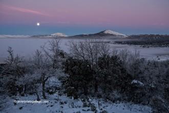 La luna y la niebla presiden un amanecer helado en el valle de Zamanzas. Burgos. Castilla y León. España, 2009 © Javier Prieto Gallego