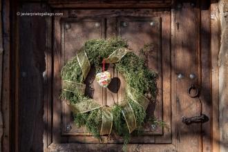 Decoración navideña en la puerta del Molino del Canto. Posada de Turismo Rural. Las Merindades. Burgos. Castilla y León. España, 2009 © Javier Prieto Gallego