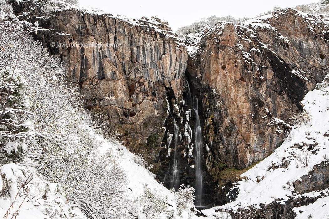 Cascada del arroyo Mazobre. Senda del arroyo Mazobre. Parque Natural de la Montaña Palentina. Palencia. Castilla y León. España, 2008 © Javier Prieto Galle