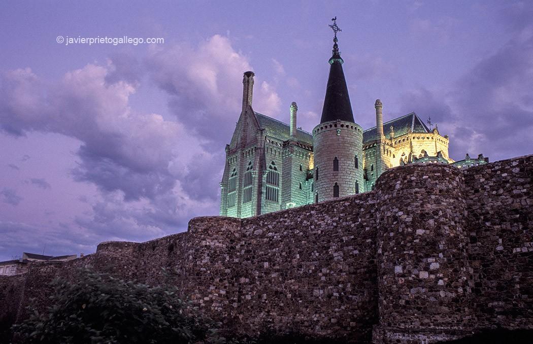 Palacio Gaudí y murallas romanas. Astorga. Vía de la Plata. León. Castilla y León. España.© Javier Prieto Gallego