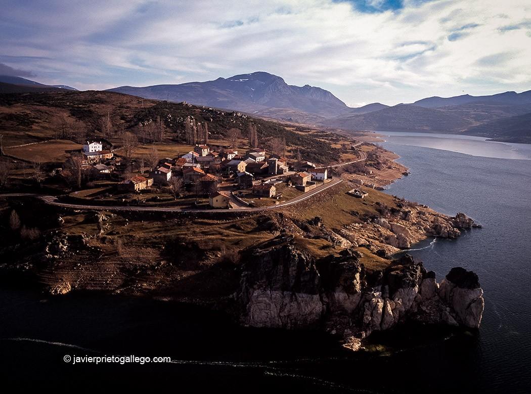 Alba de los Cardaños y el embalse de Camporredondo. Montaña Palentina. Palencia. Castilla y León. España. © Javier Prieto Gallego
