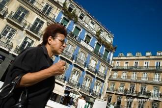 Fachadas y paseantes en la plaza de Rossio. Lisboa. Portugal. © Javier Prieto Gallego;