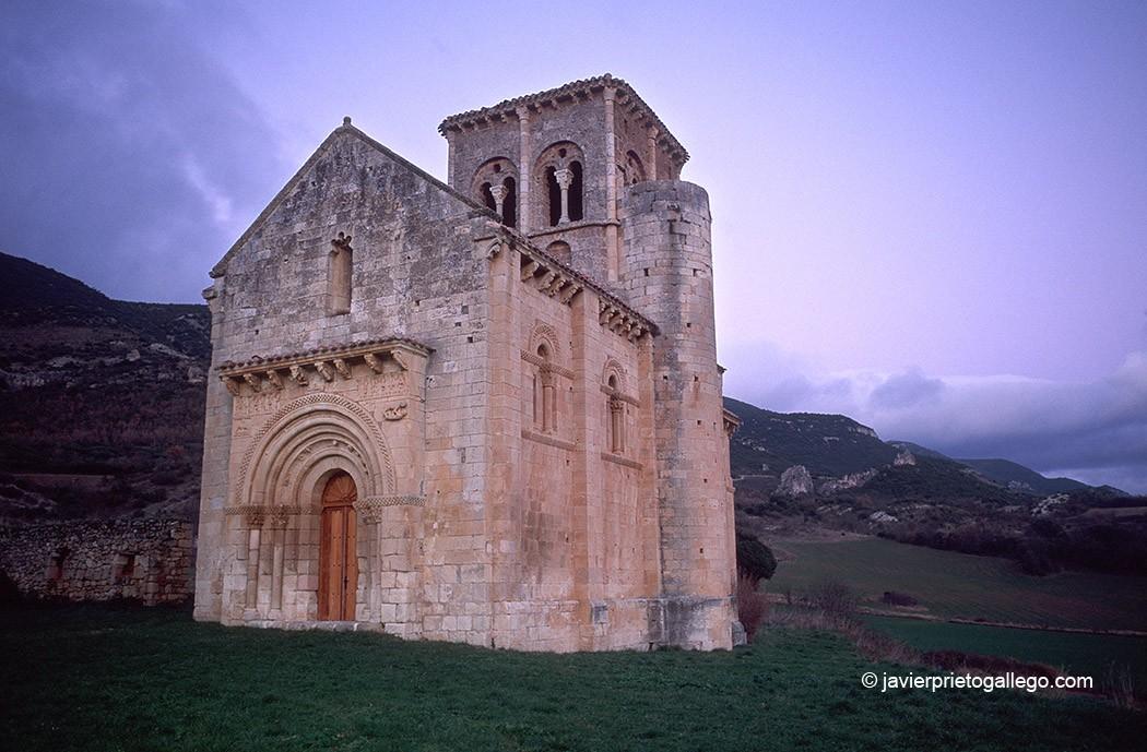 Iglesia de San Pedro de Tejada, en la ruta de Carlos V. Siglo XII. Las Merindades. Valle de Valdivielso. Burgos. Castilla y León. España. © Javier Prieto Gallego