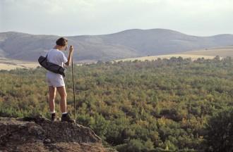 Senderista realizando el GR86 en Tiermes con la Sierra de Pela al fondo. Soria. Castilla y León. España.© Javier Prieto Gallego;