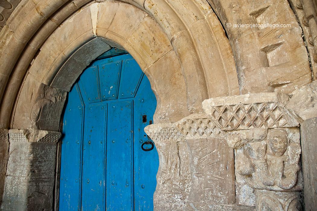 Iglesia románica de Hoyos del Tozo. Cañón del Rudrón. Burgos. Castilla y León. España © Javier Prieto Gallego