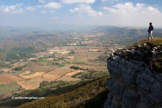 Los bordes del páramo de La Lora de Valdivia se asoman al valle cántabro de Valderredible. Palencia. España. © Javier Prieto Gallego;