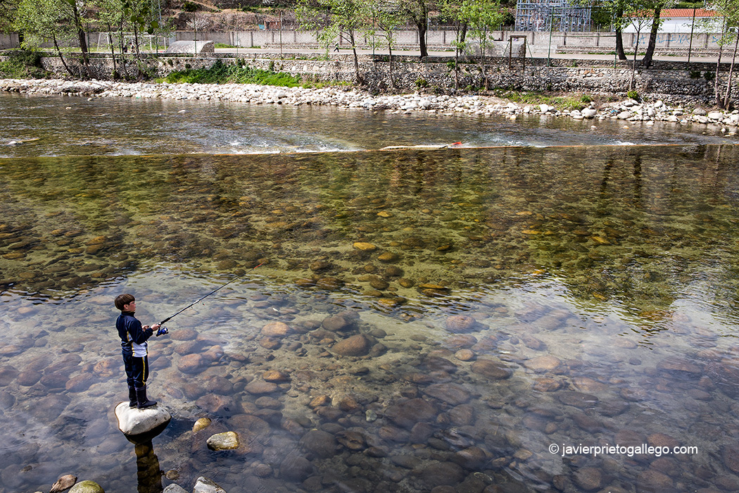 Un niño pesca en las aguas del río Jerte. Navaconcejo. Valle del Jerte. Fiesta del Cerezo. Extremadura. España © Javier Prieto Gallego;