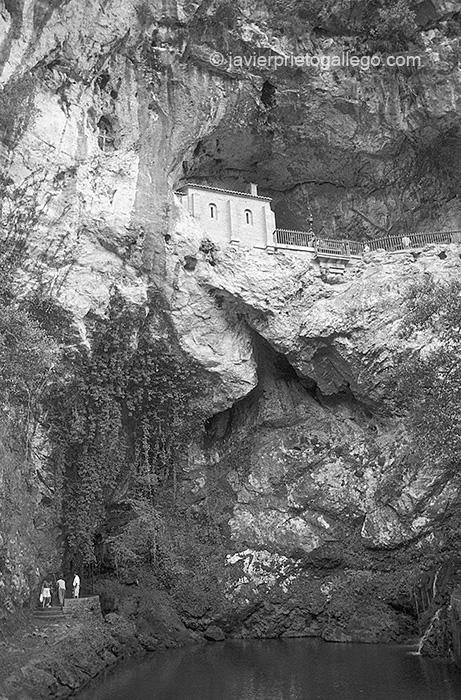 Cueva Santa a la patrona de Asturias. Covadonga. Asturias. España © Javier Prieto Gallego