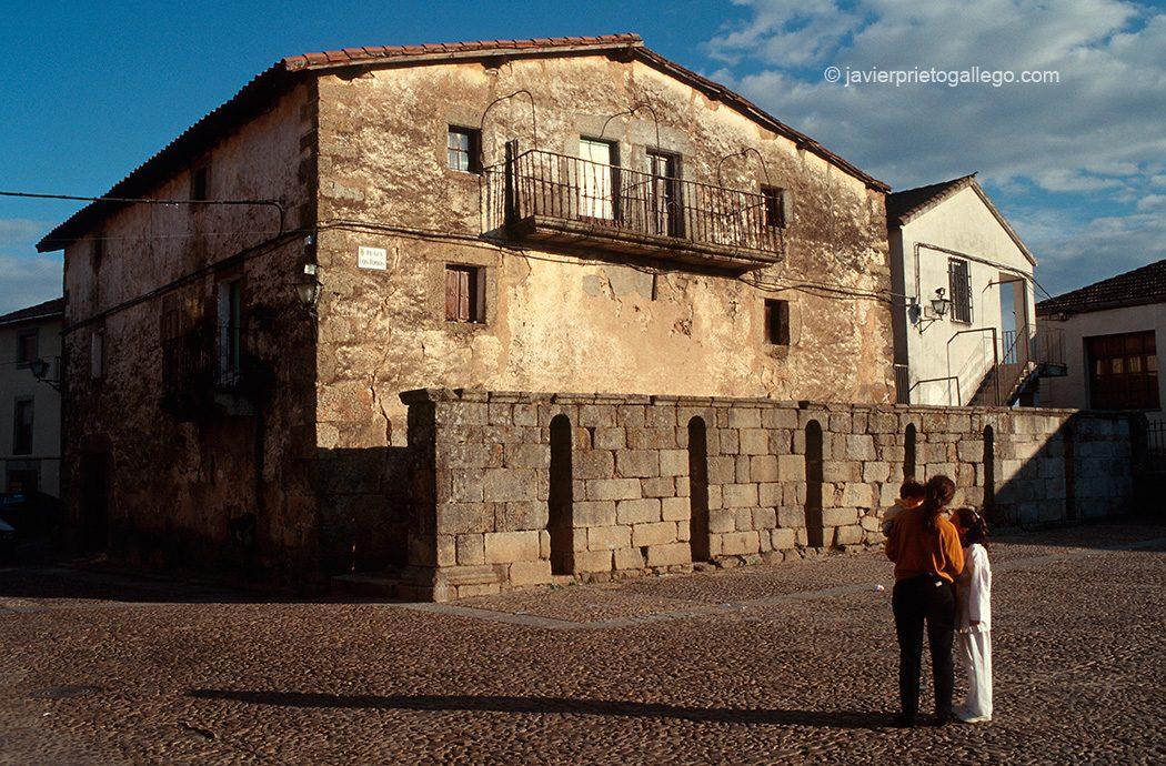 Plaza de armas y burladeros de piedra. Localidad de Miranda del Castañar. Salamanca. Castilla y León. España. © Javier Prieto Gallego
