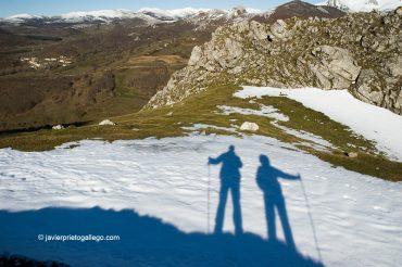 Siluetas sobre nieve en Peña Tremaya. Al fondo Areños. Montaña Palentina. Palencia. Castilla y León. España © Javier Prieto Gallego;