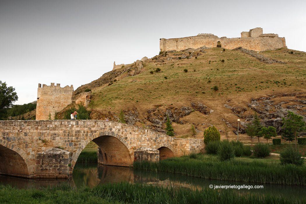 Puente medieval, castillo y río Ucero a su paso por Osma. Soria. Castilla y León. España. © Javier Prieto Gallego