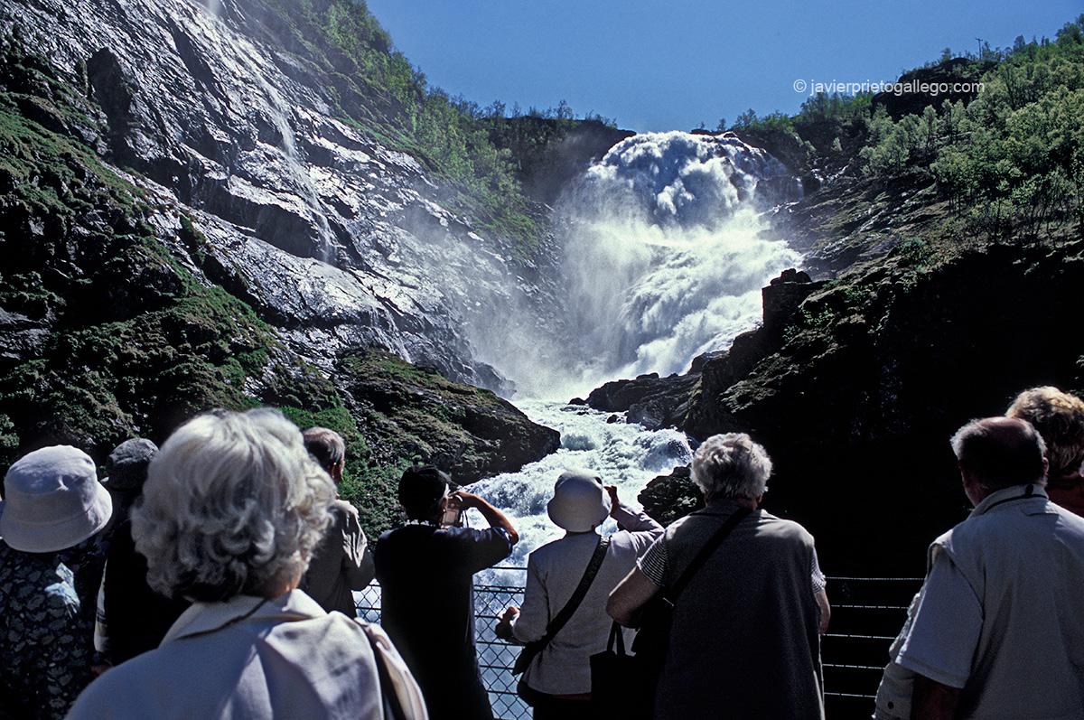 El Flamsbana, el tren que realiza el trayecto entre Flåm y Myrdal, se detiene durante unos minutos para que los pasajeros hagan fotos a la cascada de Kjosfossen, la más impresionante de todo el trayecto, considerado uno de los trayectos ferroviarios más bellos del mundo. Localidad de Flam. Fiordos noruegos. Noruega. © Javier Prieto Gallego