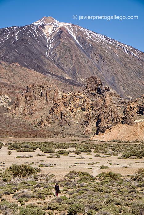 Dos senderistas en el interior del Parque Nacional del Teide caminan hacia las laderas de esta montaña (3.718 m).Tenerife. Islas Canarias. España © Javier Prieto Gallego