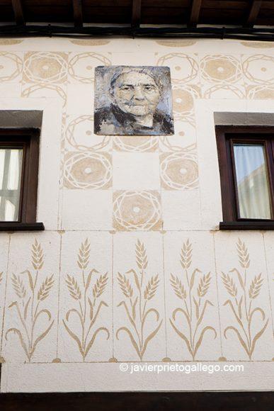 Retrato perteneciente a la exposición Retrata2-388 y fachada esgrafiada. Mogarraz. Sierra de Francia. Salamanca. Castilla y León. España © Javier Prieto Gallego