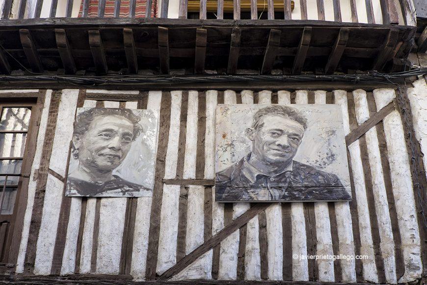Retratos pertenecientes a la exposición Retrata2-388 y fachada con entramados de madera. Mogarraz. Sierra de Francia. Salamanca. Castilla y León. España © Javier Prieto Gallego