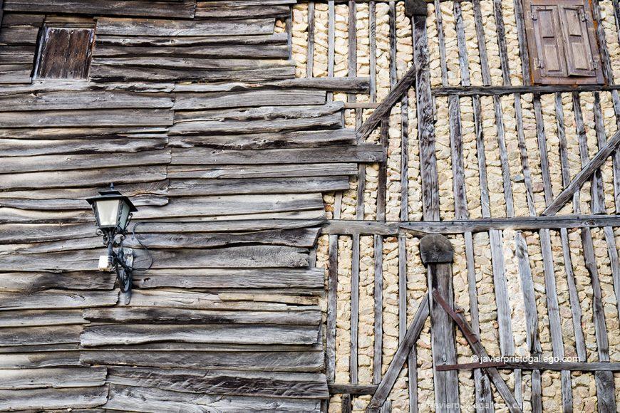 Revestimientos tradicionales en unas fachadas de Mogarraz. Sierra de Francia. Salamanca. Castilla y León. España © Javier Prieto Gallego