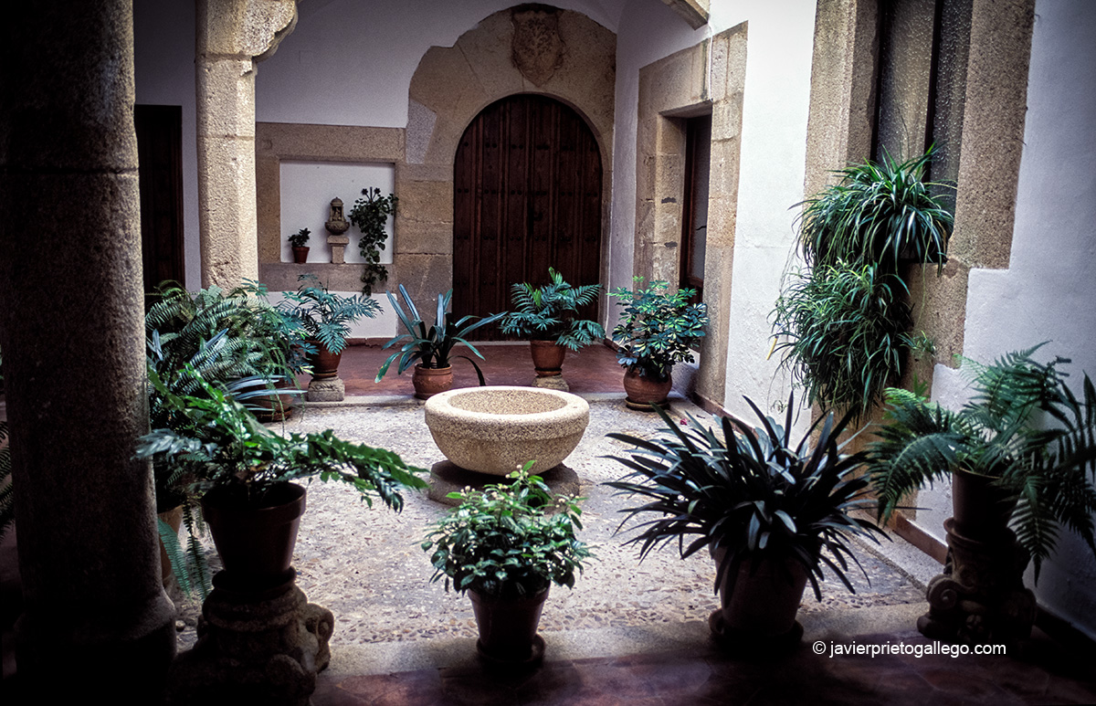 Patio del convento de monjas jerónimas. Cáceres. Extremadura. España. © Javier Prieto Gallego