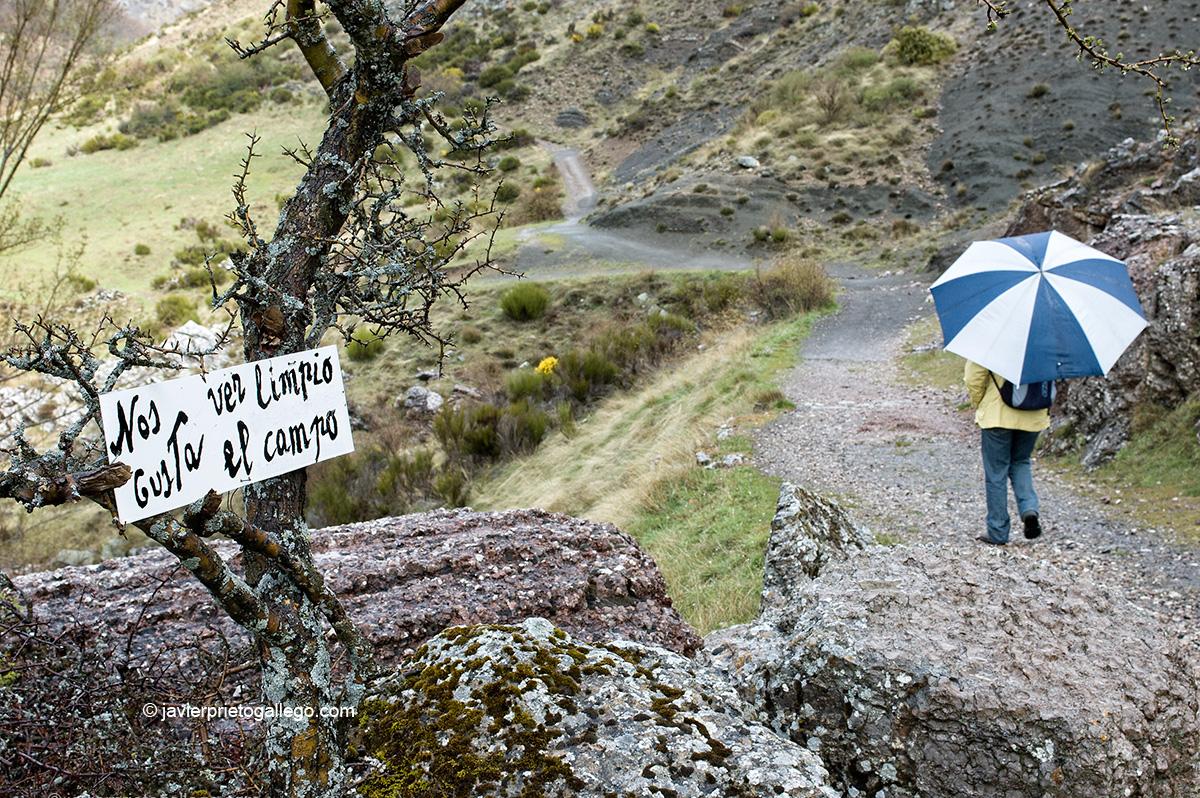 Camino que lleva hacia el Desfiladero de los Calderones. Localidad de Piedrasecha. León. Castilla y León. España.© Javier Prieto Gallego