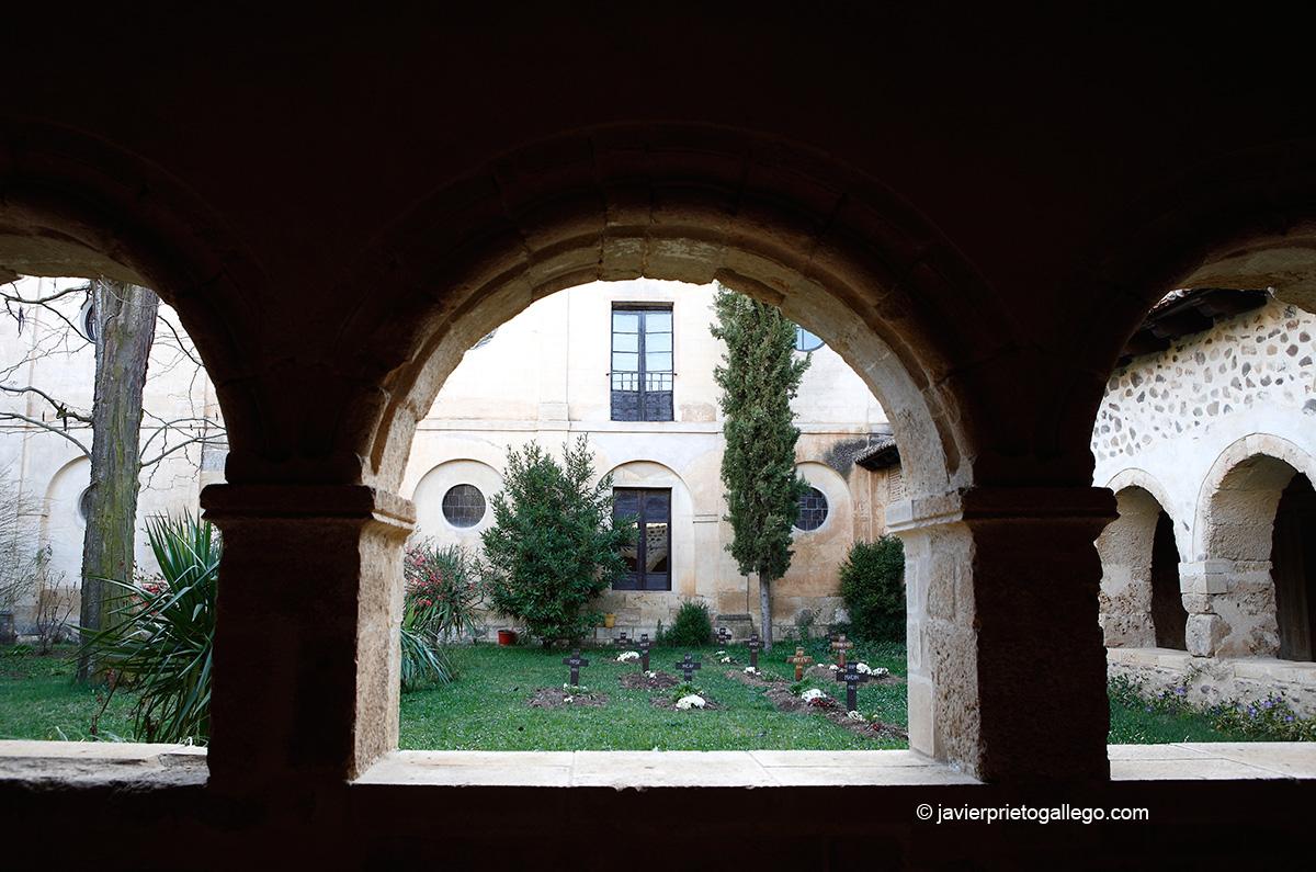 Cementerio de la comunidad en el claustro del Monasterio de Santa María de Gradefes. Localidad de Gradefes. León. Castilla y León. España © Javier Prieto Gallego