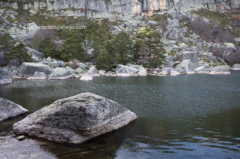 Los bloques de granito se amontonan junto a las orillas de la Laguna Negra. Espacio Natural Laguna Negra y Circos Glaciares de Urbión. Soria. Castilla y León. España. © Javier Prieto Gallego